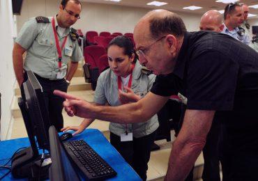 Israeli Defense Minister Moshe 'Boogie' Ya'alon visits at the governmental department of telecom and cyber systems. June 04, 2013. Photo by Ariel Hermoni/Ministry of Defense/FLASH90 *** Local Caption *** äåãòú åúîåðåú ùø äáéèçåï, îùä (áåâé) éòìåï, îáé÷åøå áàâó äú÷ùåá åîòøê äñééáø